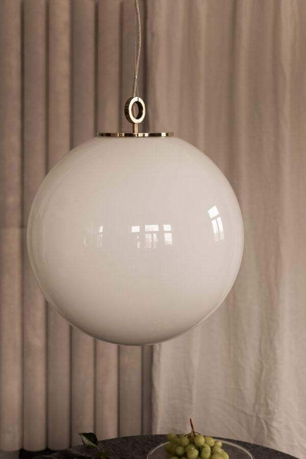 Duża szklana kula lampa wisząca z deklem z mosiądzu