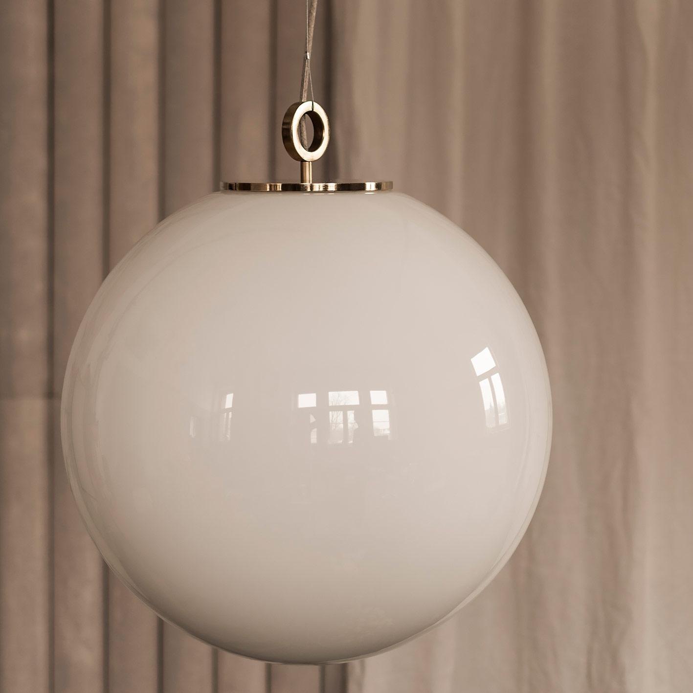 Szklana lampa wisząca ogromna biała kula z mosieżnym deklem