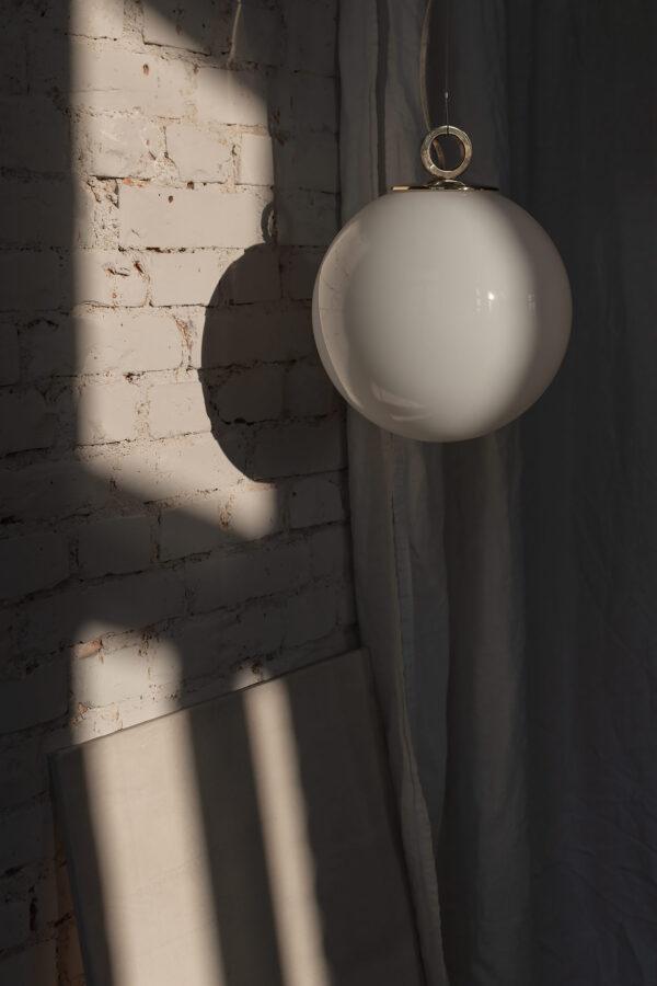 Szklana Lampa Wisząca Kula Biała z pierścieniem z mosiądzu 2