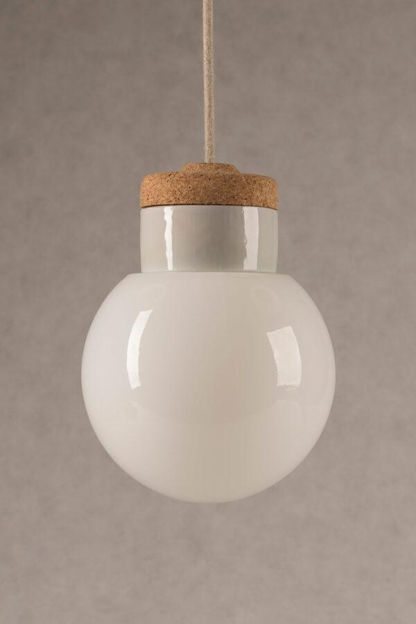 wisząca lampa korkowa z kloszem szklanym białym Kula 4