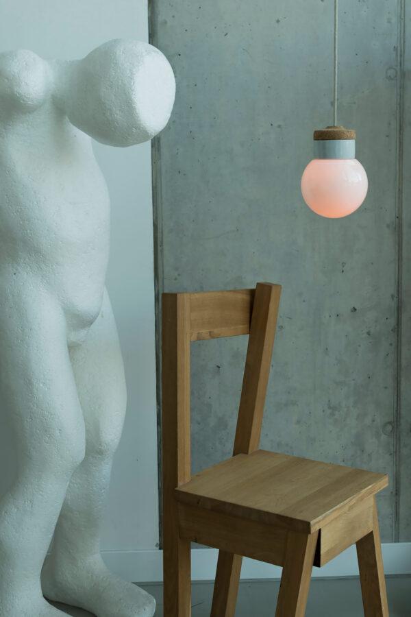 wisząca lampa korkowa z kloszem szklanym białym Kula 2