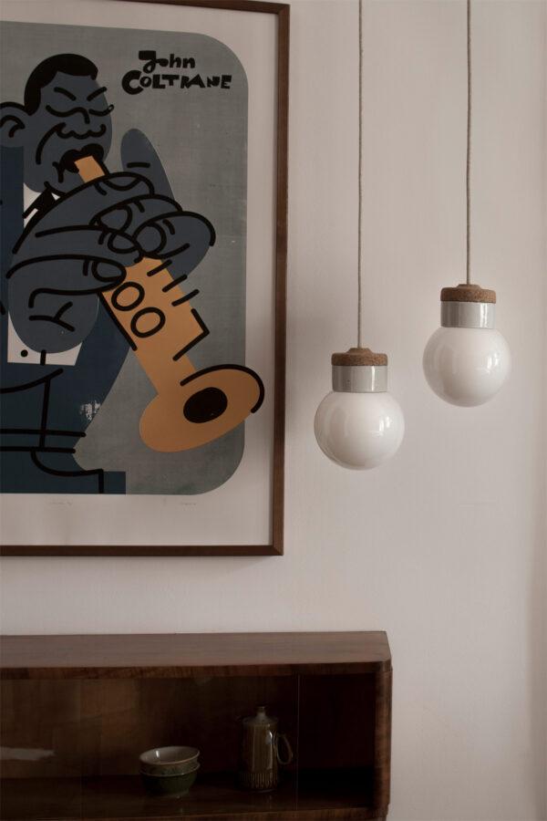 wiszące lampki korkowe z białym szklanym kloszem kulka