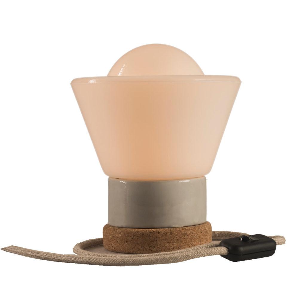 Mała stołowa lampka korkowa ze szklanym białym kloszem Dzwonek