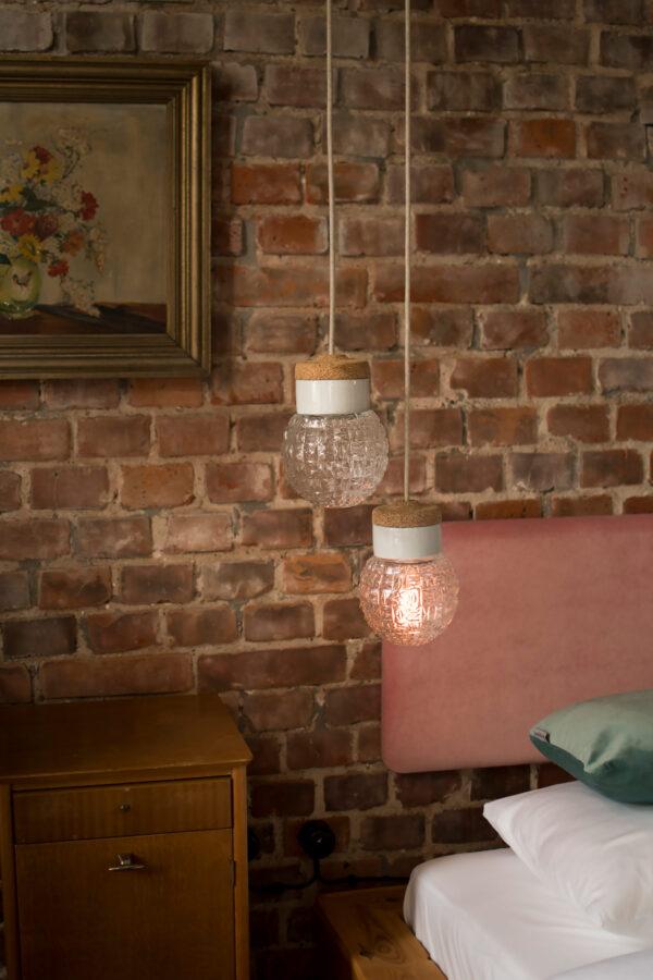 małe wiszące lampki korkowe Granat