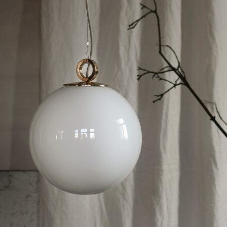 Szklana Lampa Wisząca Kula Biała z mosiężnym deklem