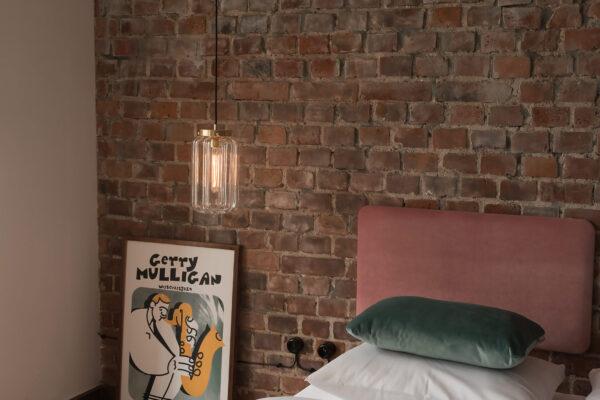 Szklana lampa wisząca Deco jasne w sypialni