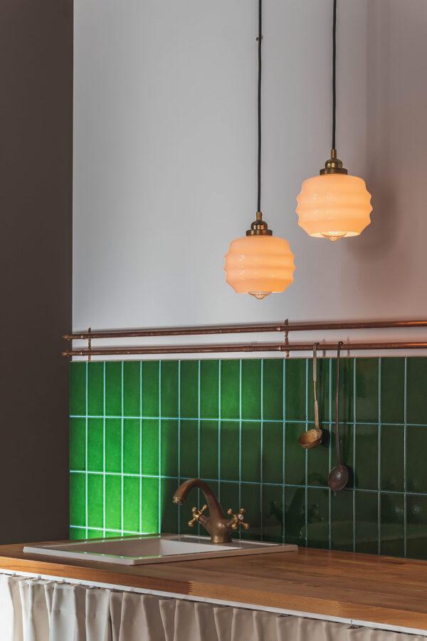 małe lampki wiszące z białego szkła do kuchni
