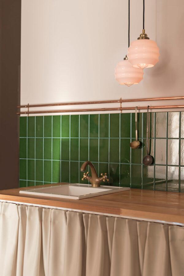 małe lampki wiszące ze szkła do kuchni
